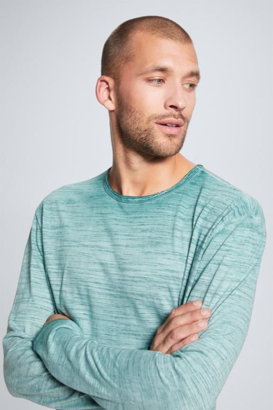 Artikel klicken und genauer betrachten! - Mit den lässig überschnittenen Schultern und offenen Schnittkanten bietet das Longsleeve Tyler eine stimmige Ergänzung zu Casual-Looks, betont im pigmentierten Slub-Jersey.   im Online Shop kaufen