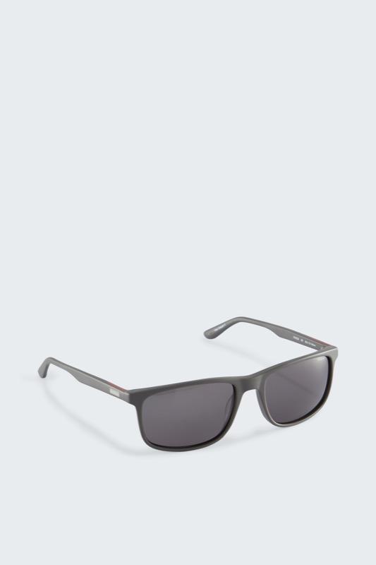 Artikel klicken und genauer betrachten! - Cool und modern präsentiert sich das Design der Strellson Sonnenbrille aus strapazierfähigem Kunststoff mit getönten Gläsern und der Filterkategorie 3 für eine erhöhte Lichtreduktion. | im Online Shop kaufen